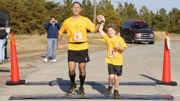Nik Toocheck se svým otcem Danielem. Dvojka, která běhá a běhá.