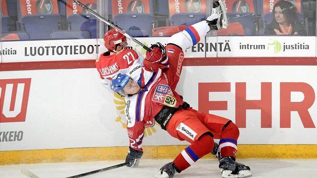 Český zadák Tomáš Pavelka v tvrdém souboji s ruským útočníkem Vjačeslavem Leščenkem.