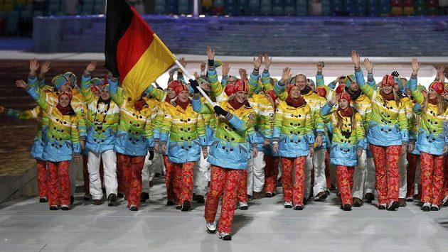 Němci při slavnostním nástupu výprav, v čele vlajkonoška Maria Höflová-Rieschová.