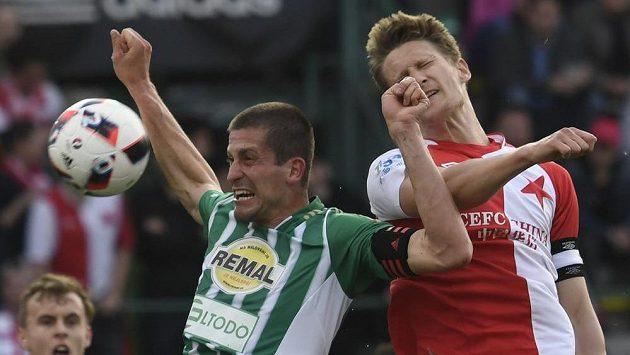 Michal Šmíd z Bohemians v ostrém souboji s Milanem Škodou ze Slavie během utkání 27. kola první fotbalové ligy.