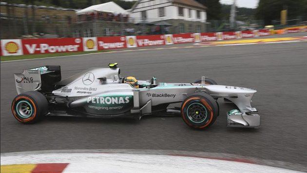 Pilot Mercedesu Lewis Hamilton na okruhu ve Spa-Francorchamps v Belgii.