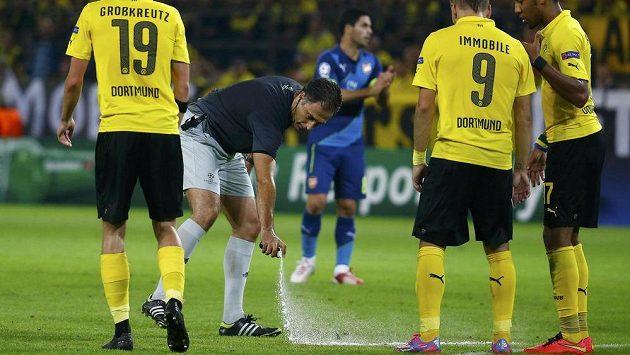 Portugalský rozhodčí Olegario Benquerenca v utkání mezi Dortmundem a Arsenalem.