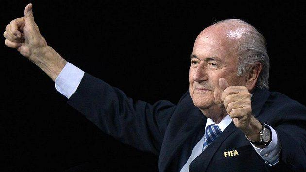 Sepp Blatter se raduje ze svého znovuzvolení do čela FIFA.