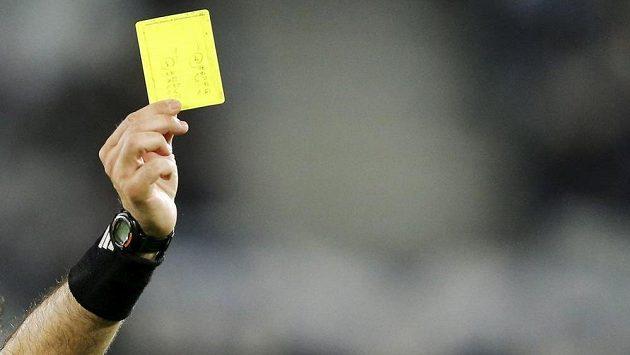 Rozhodčí uděluje žlutou kartu. Ilustrační foto.