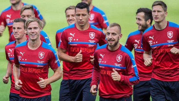 Kapitán Marek Suchý (třetí zleva) na tréninku před utkáním se Severním Irskem.