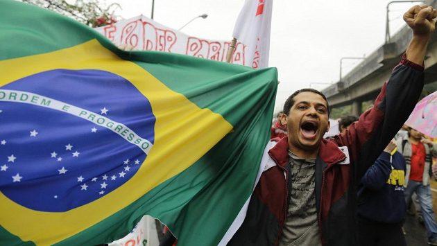 Bouřící se Brazilci chystají pochod na stadión v Belo Horizonte.