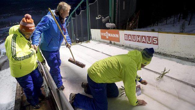 Ani přes veškerou snahu pořadatelů se ve finské Ruce nepodařilo v sobotu odskákat ani jedno soutěžní kolo.