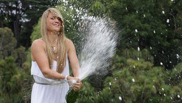 Vítězka Australian Open Viktoria Azarenková zvládla i slavnostní sprchu šampaňským.