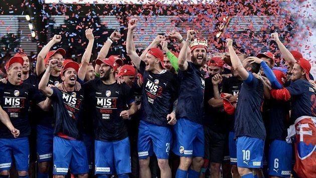 Fotbalisté Viktorie Plzeň během oslav zisku mistrovského titulu.