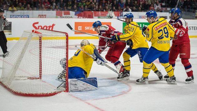 Útočník David Pastrňák (druhý zleva) střílí gól proti Švédsku v utkání ve Znojmě.