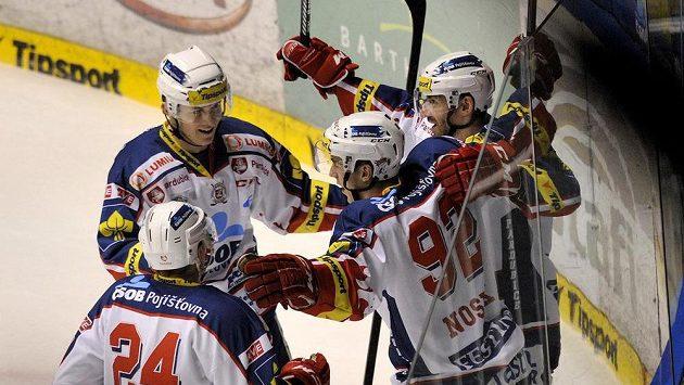 Hráči Pardubic se radují z gólu proti Vítkovicím.