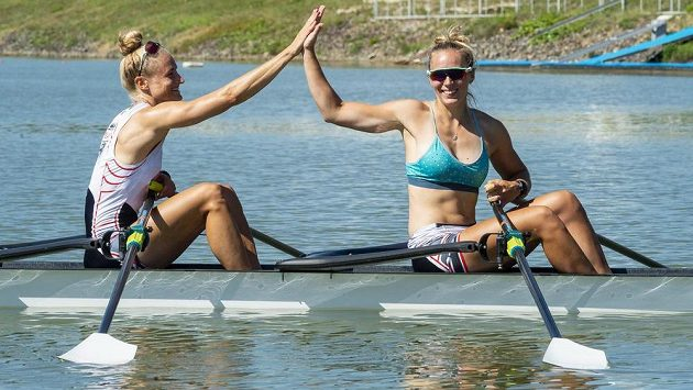 Lenka Antošová (vlevo) a Kristýna Fleissnerová se na vodě cítí mnohem lépe než v simulované tokijské výhni.