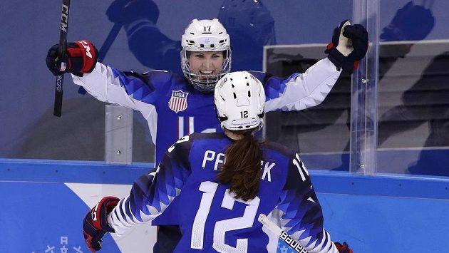 Jocelyne Lamoureuxová-Davidsonová (17) slaví se spoluhráčkou z týmu USA Kelly Pannekovou (12) gól proti Rusku.
