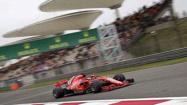 Sebastian Vettel z Ferrari při kvalifikaci na Velkou cenu Číny.