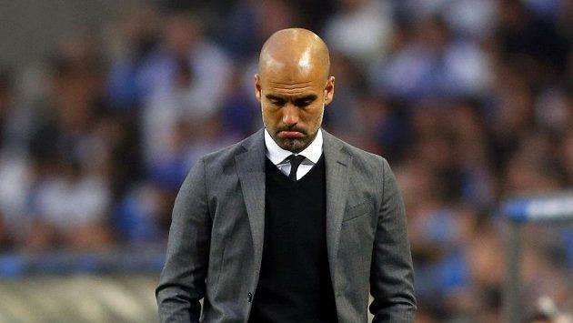 Bezradný kouč Bayernu Mnichov Pep Guardiola.