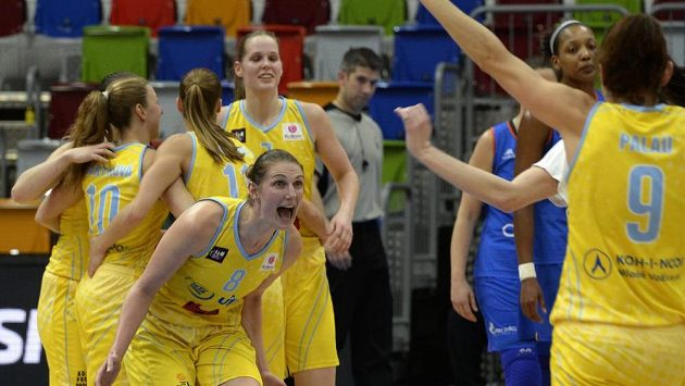 Basketbalistky ZVVZ USK Praha se radují z vítězství a postupu do Final Four Evropské ligy.