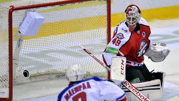 Mikko Mäenpää ze Lva v šanci před brankářem Doněcku Michaelem Leightonem.