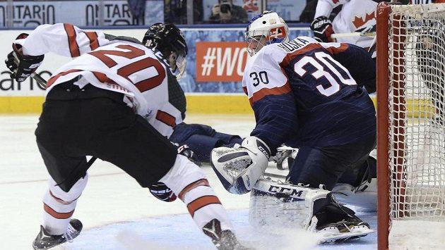 Kanadský útočník Michael McLeod překonává slovenského brankáře Adama Húsku.