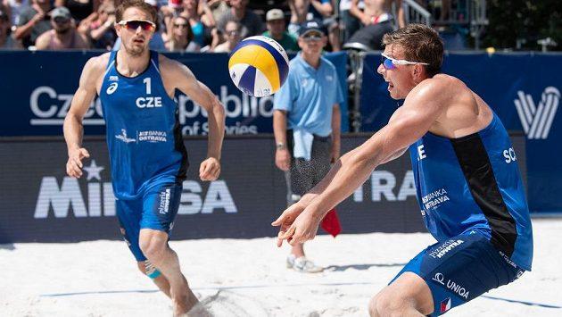 Čeští beachvolejbalisté Ondřej Perušič (vlevo) a David Schweiner.