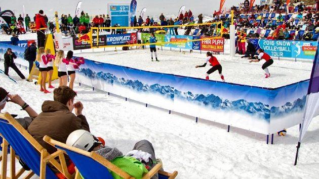 Volejbalistky si i v Čechách chtějí vyzkoušet hru na sněhu.
