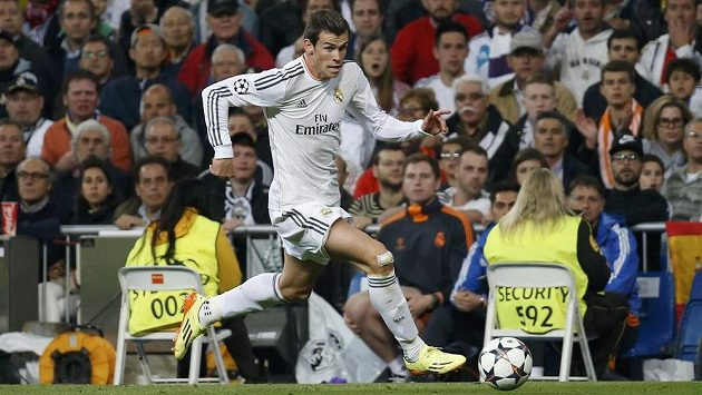Gareth Bale z Realu Madrid nabírá rychlost v utkání s Bayernem Mnichov.