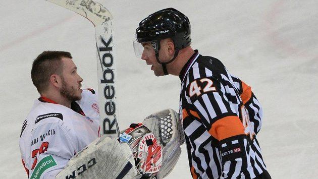 Hokejový rozhodčí Antonín Jeřábek si umí zjednat respekt i v KHL.