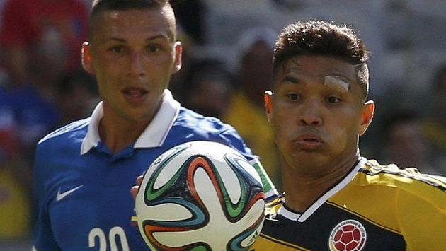 Řek Jose Holebas (vlevo) a Kolumbijec Teófilo Gutiérrez.