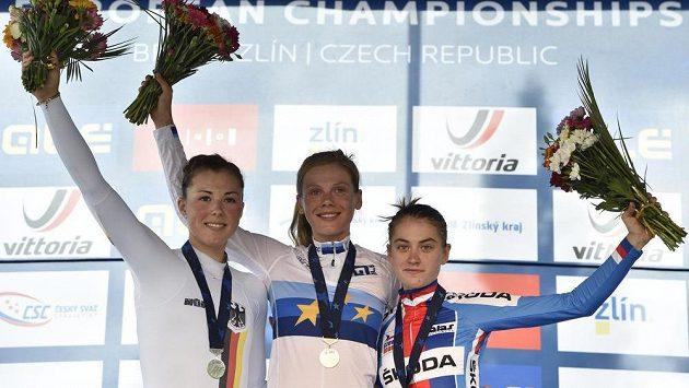 Zleva nejlepší v kategorii do 23 let: druhá Němka Lisa Kleinová, vítězka Nizozemka Aafke Soetová a třetí Nikola Nosková,