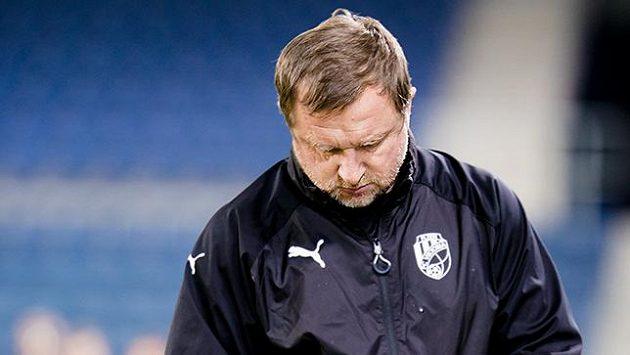 Zamyšlený trenér Viktorie Plzeň Pavel Vrba během tréninku.
