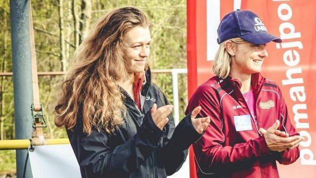 Vlevo Amálie Hilgertová, vpravo její teta Štěpánka.