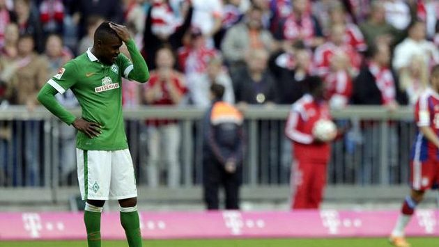 Smutný fotbalista Werderu Brémy Cedrick Makiadi.