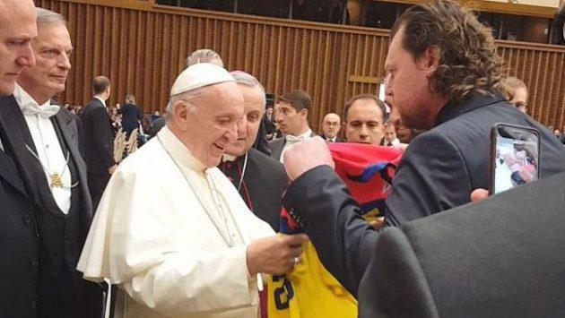 Prezident hokejového klubu ČEZ Motor České Budějovice Roman Turek předává dres papeži Františkovi.