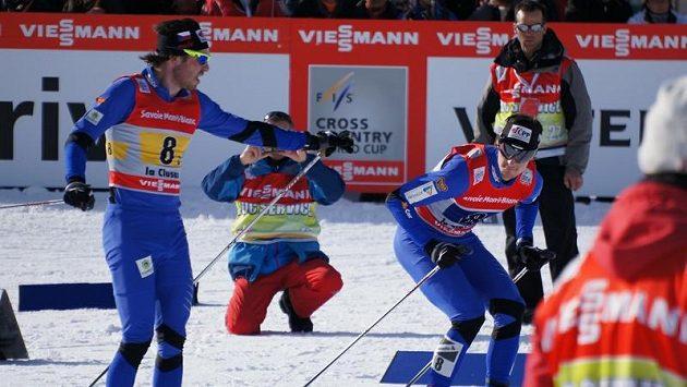 Čeští běžci při SP v La Clusaz - Aleš Razým (vlevo) předává štafetu finišmanovi Martinu Jakšovi.