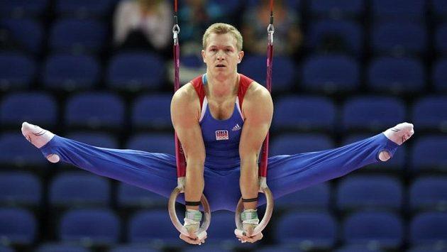 Český gymnasta Martin Konečný v olympijské kvalifikaci při cvičení na kruzích