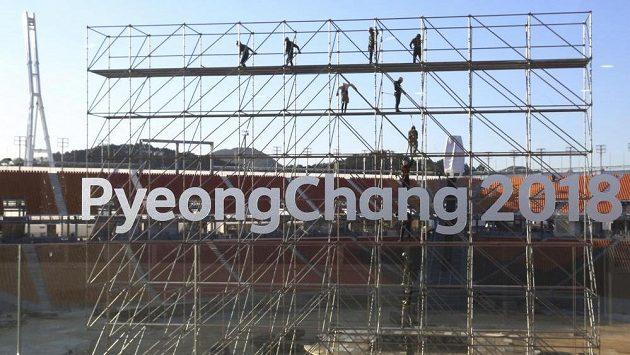 Olympijský stadión v Pchjongčchangu. Dokončovací práce probíhají i zde.