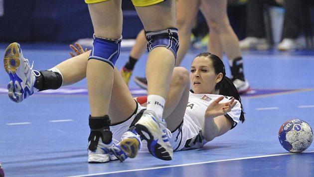 Česká házenkářka Iveta Luzumová na zemi v duelu světového šampionátu proti Rumunsku.