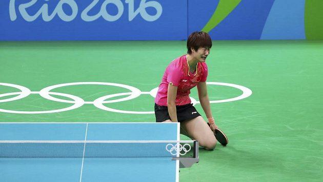 Ting Ning po proměněném mečbolu v olympijském finále.