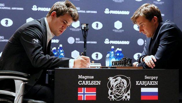 O šachový trůn bojují Nor Magnus Carlsen a Rus Sergej Karjakin.