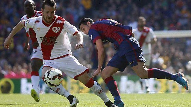 Pedro Rodríguez (vpravo) z Barcelony bojuje o míč s Titem z celku Rayo Vallecano.