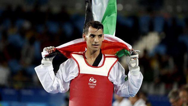 Jordánský taekwondista Ahmad Abughauš slaví zlsto v kategorii do 68 kg.