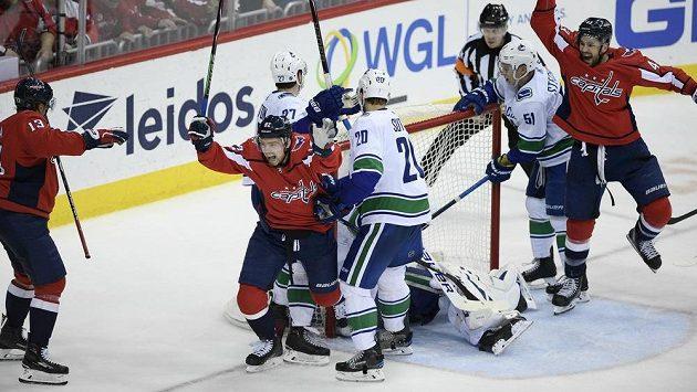Jakub Vrána oslavuje svůj kuriózní gól do sítě Vancouveru. Capitals zvítězili 3:2.