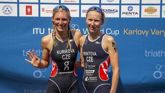 Petra Kuříková (vlevo) a Vendula Frintová na SP v triatlonu v Karlových Varech
