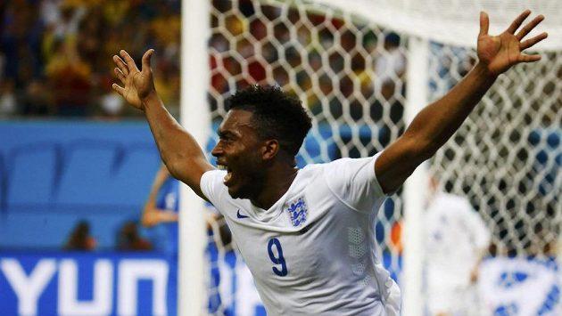 Daniel Sturridge bouřlicvě oslavuje anglický gól v síti Itálie.