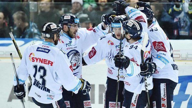 Hráči Liberce se radují z gólu.