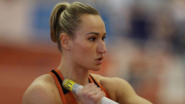 Romana Maláčová se soustředí před skokem na halovém mistrovství republiky v Praze.