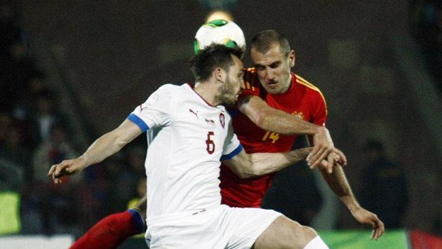 Tomáš Sivok (vlevo) v souboji s Arméncem Movsisyanem v kvalifikačním duelu v Jerevanu.