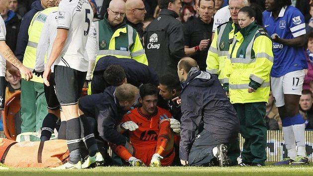 Brankář Tottenhamu Hugo Lloris (uprostřed) v péči lékařů.