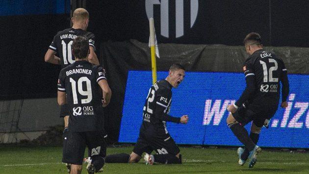 Střelec druhého gólu Dynama proti Bohemians Karol Mészáros se raduje se spoluhráči.