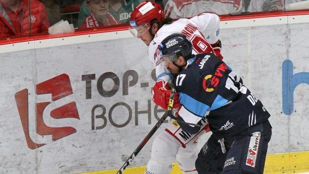 Třinecký hokejista David Cienciala a Lukáš Derner z Liberce v akci během finále extraligy.