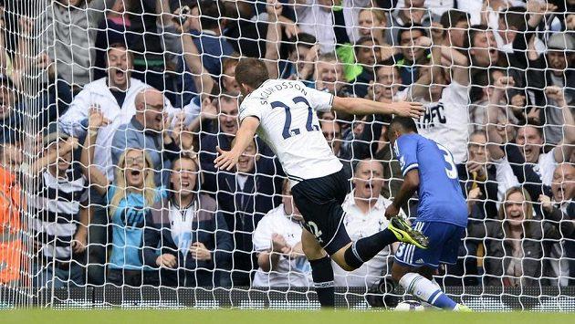 Gylfi Sigurdsson (uprostřed) z Tottenhamu slaví úvodní gól proti Chelsea.